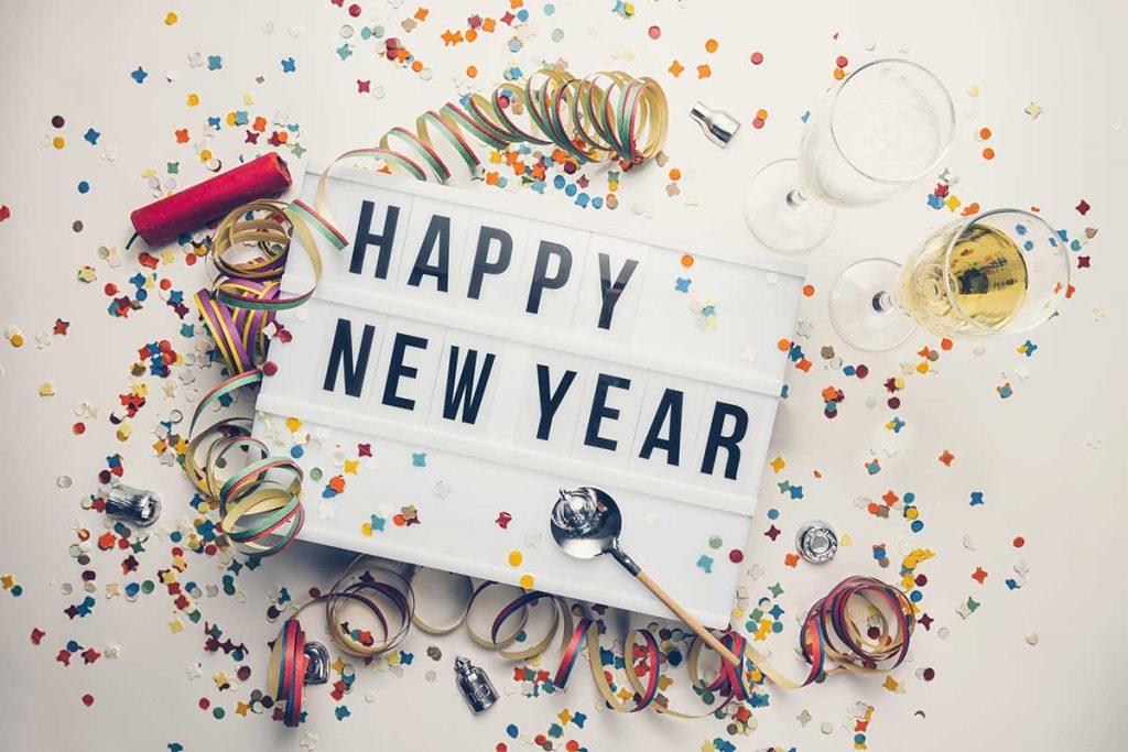 Lightbox mit Schriftzug Happy New Year 2019 und Silvesterdeko ringsrum (Konfetti, Luftschlangen)